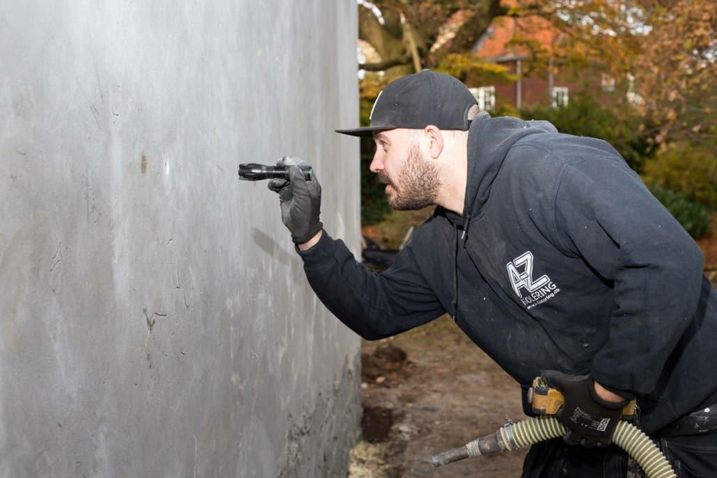Hulmursisolering af grå mur